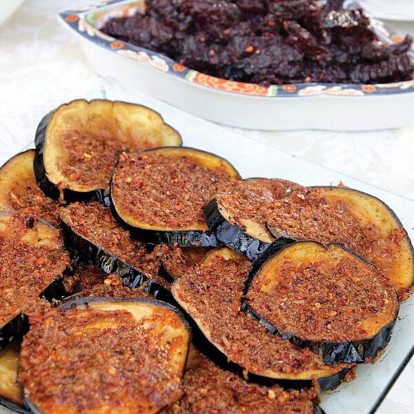 חצילים מטוגנים ברוטב שרמולה של שף אבי לוי (צילום: אילן נחום)