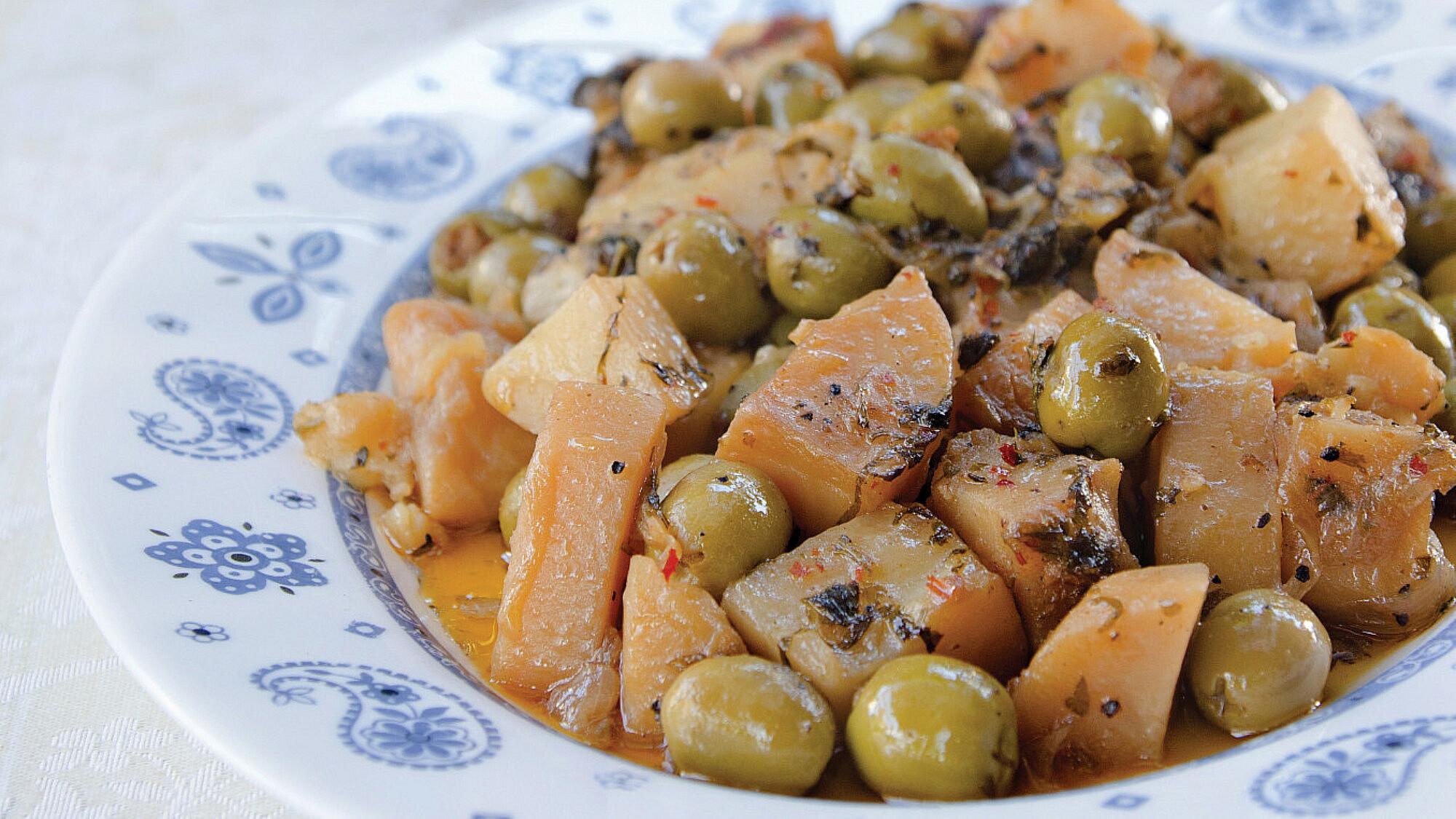 תבשיל זיתים ממולאים עם תפוחי אדמה ברוטב עגבניות של שף אבי לוי (צילום: אילן נחום)