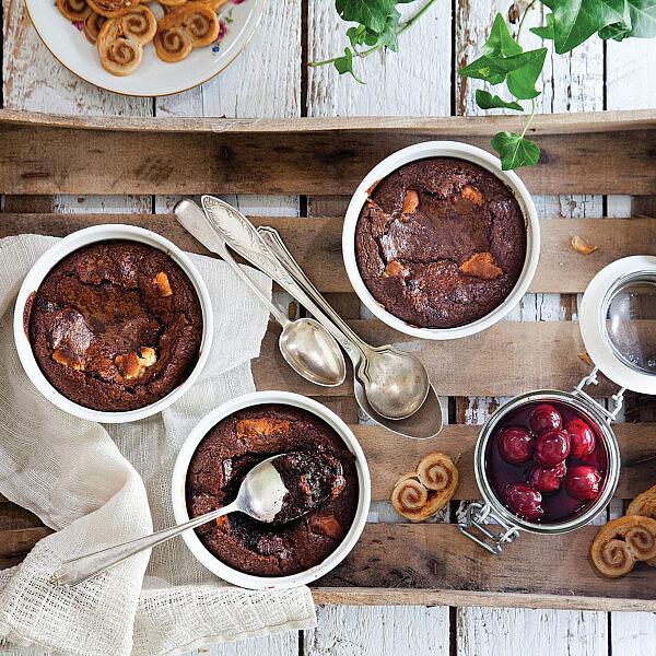 פונדנט שוקולד עם דובדבנים ומרציפן של מיכל מוזס. צילום: דניאל לילה. סטיילינג: אוריה גבע