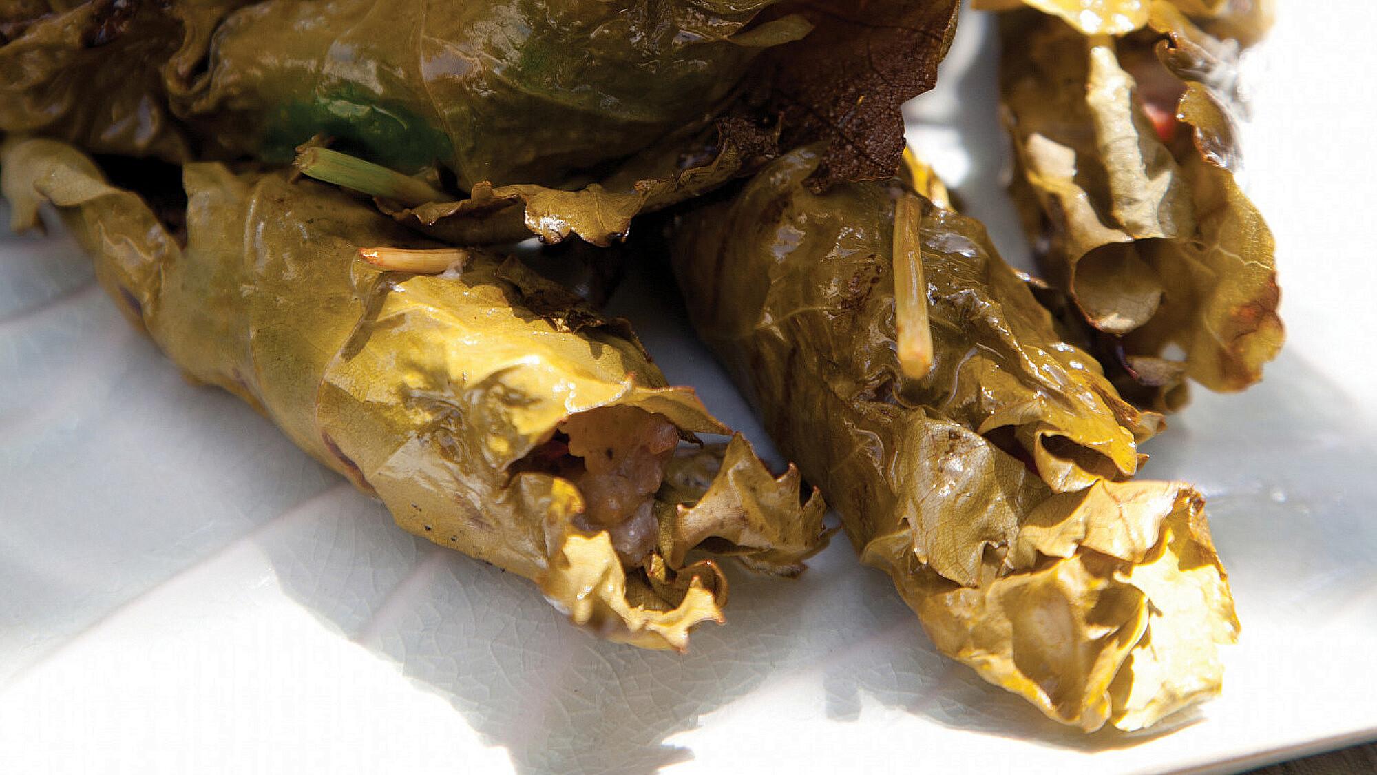 ביף ללוּ — עלי גפן ממולאים בבשר וצלויים על הגריל של אלי קישוני. סטיילינג: דלית רוסו (צילום: דניאל לילה)
