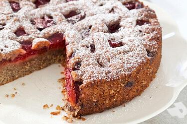 עוגת שזיפים ושקדים עם פירורי עוגיות