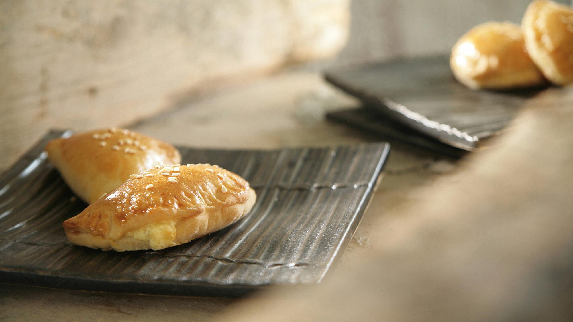 בורקיטס במילוי גבינה וחצילים של רות אוליבר. סטיילינג: טליה אסיף (צילום: דניאל לילה)