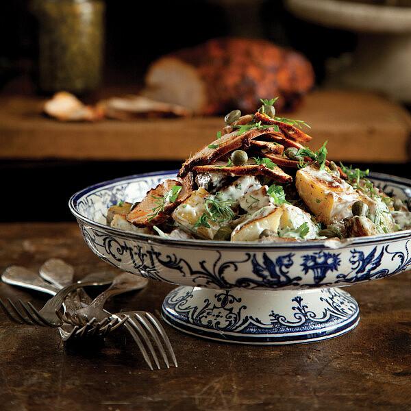 סלט תפוחי אדמה עם פסטרמה הודו מעושנת וצלפים של אלרן גולדשטיין. צילום: דניה ויינר. סטיילינג: אוריה גבע