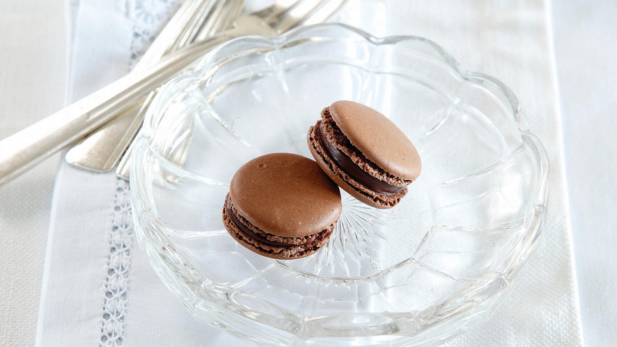 מקרון שוקולד של איתי אלמוג, Bakery. סטיילינג: דלית רוסו (צילום: דניה ויינר)