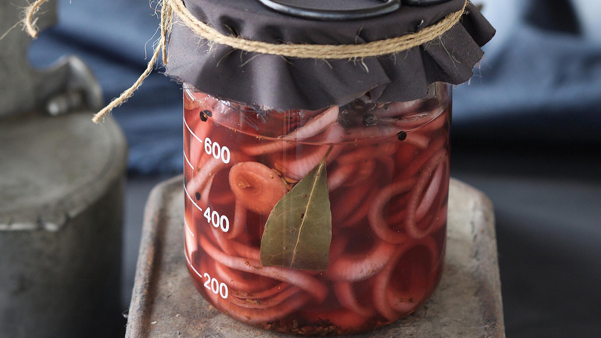 רליש של בצל סגול כבוש של אורלי פלאי-ברונשטיין. צילום: דן פרץ. סטיילינג: עמית פרבר