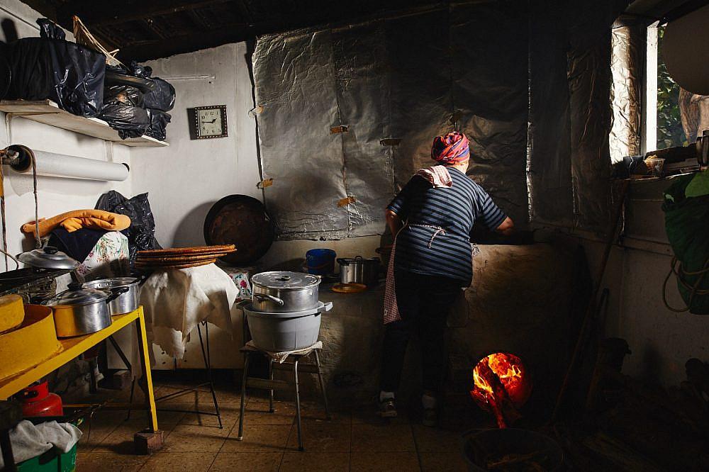 ההכנות מתחילות כבר ביום ראשון מזל מדהלה במטבח שבחצר. צילום: מתן כץ
