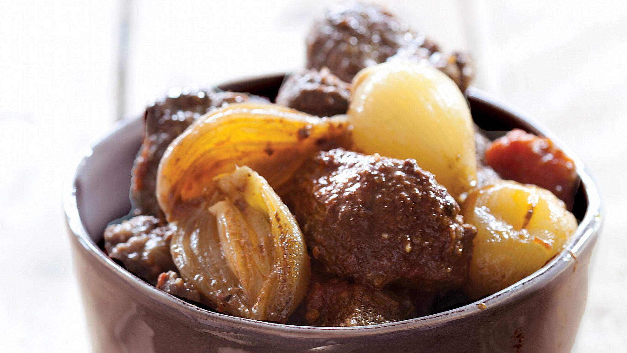 צלי בקר מהמטבח היווני (סטיפאדו) של אורלי פלאי־ברונשטיין. סטיילינג: טליה אסיף (צילום: דן לב)