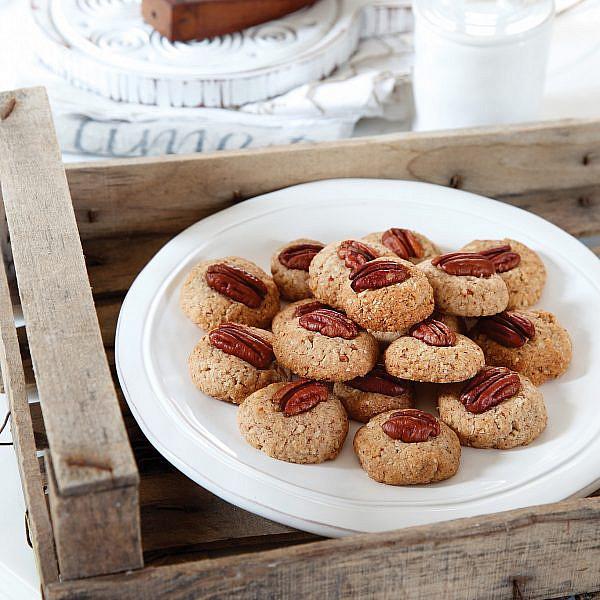עוגיות מייפל ופקאן של נלי קרפנר. סטיילינג: אוריה גבע (צילום: דניה ויינר)