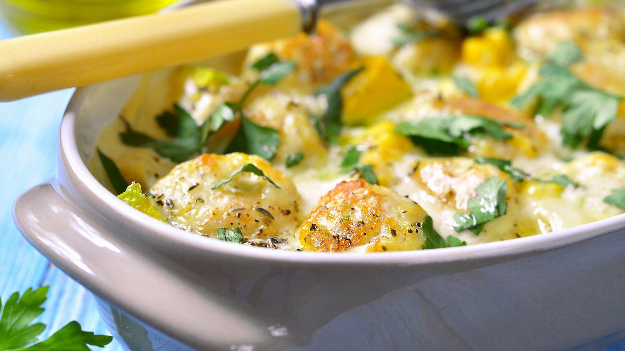 תבשיל קציצות דג מרוקאיות בלימונים כבושים, חומוס וכוסברה של מיכל מוזס (צילום: shutterstock)