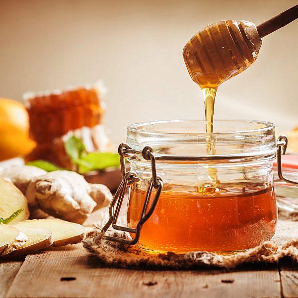 דבש מתובל בג'ינג'ר וקליפת תפוז של מיכל מוזס (צילום: shutterstock)