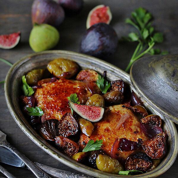 עוף צלוי עם תאנים, מייפל, ירקות שורש ומרווה של רות אוליבר (צילום: shutterstock)