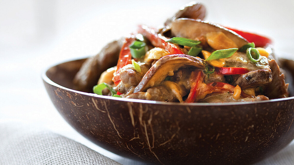 תבשיל סינטה ופטריות ברוטב בוטנים וקוקוס של רות אוליבר. סטיילינג: טליה אסיף (צילום: דן לב)