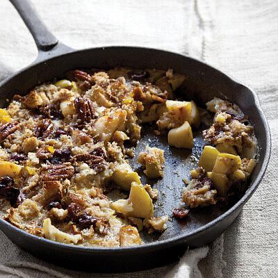 עוגת תפוחים מתובלת עם פקאנים וחמוציות של אורלי פלאי־ברונשטיין. צילום: דן לב, סטיילינג: דלית רוסו