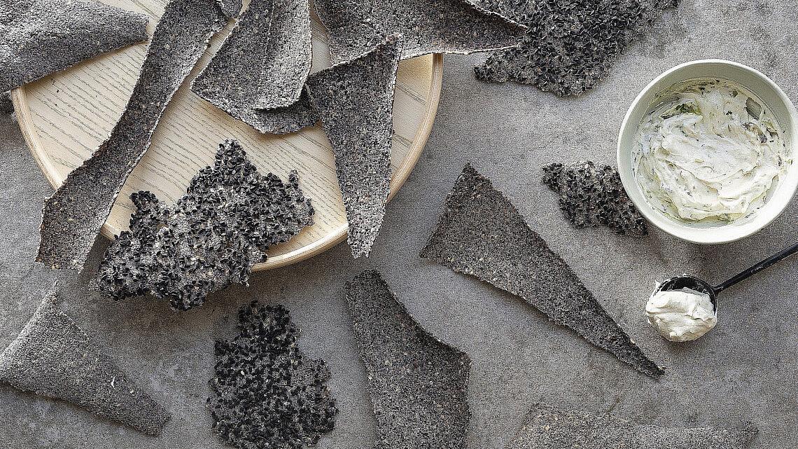 קרקר שעועית שחורה ושומשום של רינת צדוק. צילום: דניאל לילה