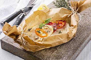 דג בנייר אפייה עם פורצ'יני ויין לבן של אורלי פלאי־ברונשטין ומיכל מוזס (צילום: shutterstock)