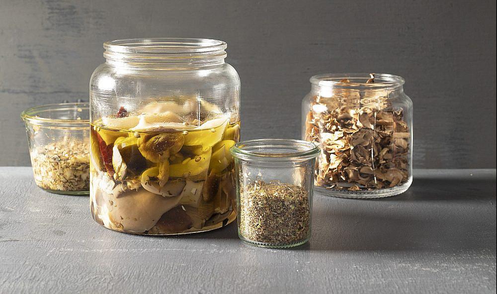 מימין: פטריות מיובשות, אבקת מרק פטריות, פטריות כבושות וממרח פטריות של רינת צדוק. צילום: דניאל לילה