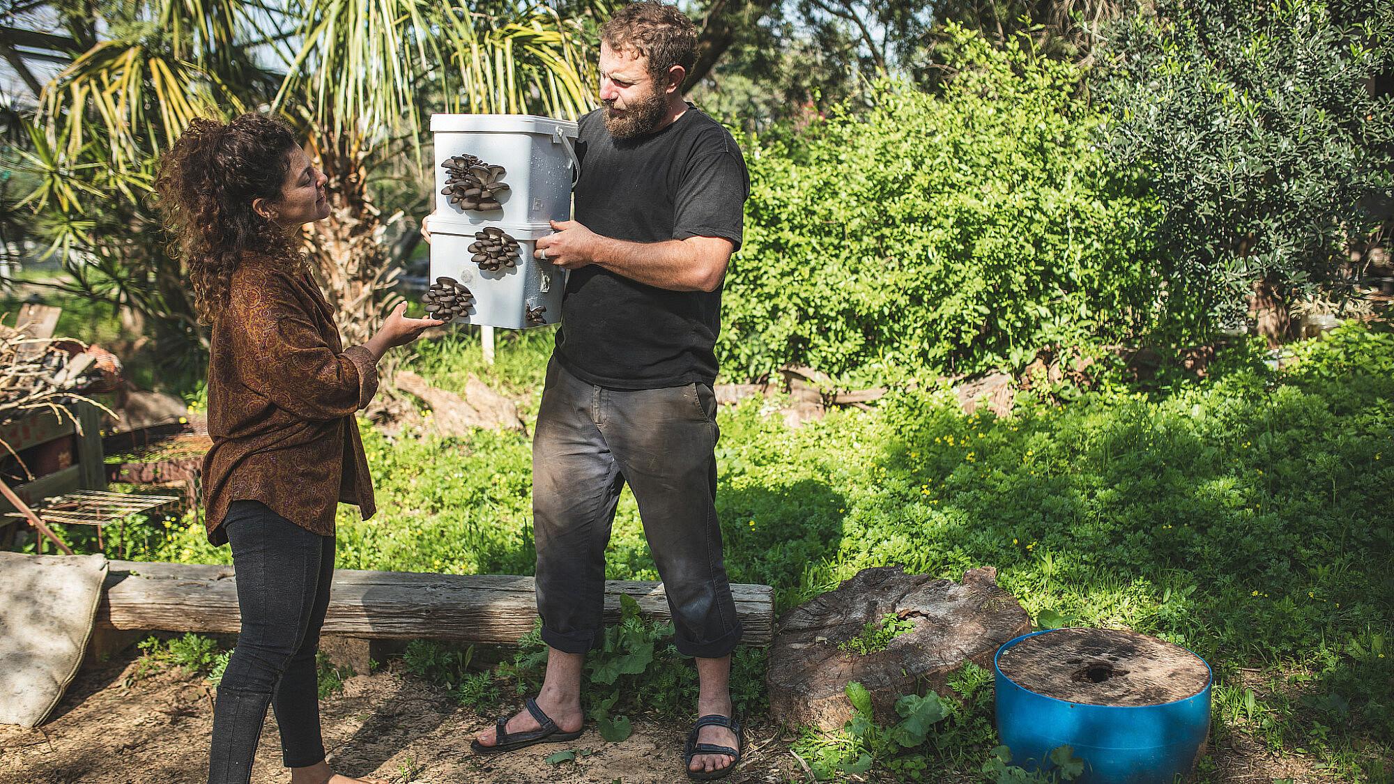 """""""להבין מה הפטריות צריכות ולספק את הצרכים האלה"""". יעל, בר והפטריות בחוות """"עםהאדמה"""" (צילום: שני בריל)"""