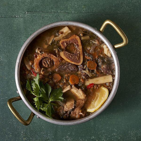 מרק בשר וירקות שורש של שף תומר טל. צילום: אנטולי מיכאלו, סטיילינג: ענת לובל