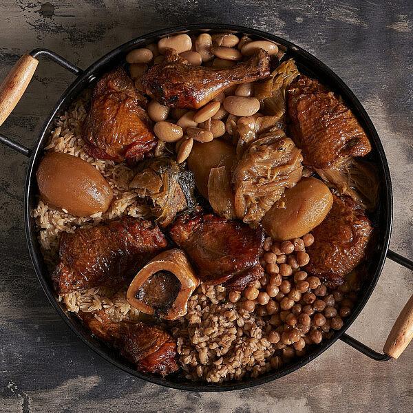 עוף ודגנים בשקיות קוקי של שף תומר טל. צילום: אנטולי מיכאלו, סטיילינג: ענת לובל