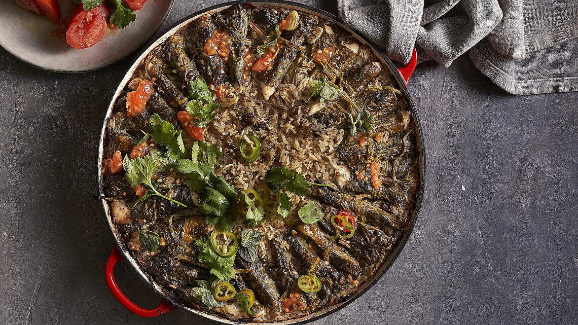 סיר של אורז ביוגורט ודג עטוף בחמציץ של שף תומר טל. צילום: אנטולי מיכאלו, סטיילינג: ענת לובל