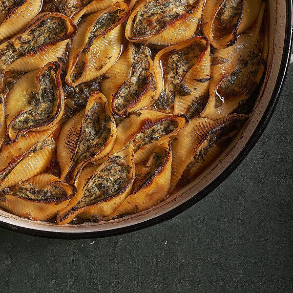 קונכיות פסטה ממולאות בתרד וגבינה ברוטב תרד ויין של שף תומר טל. צילום: אנטולי מיכאלו, סטיילינג: ענת לובל