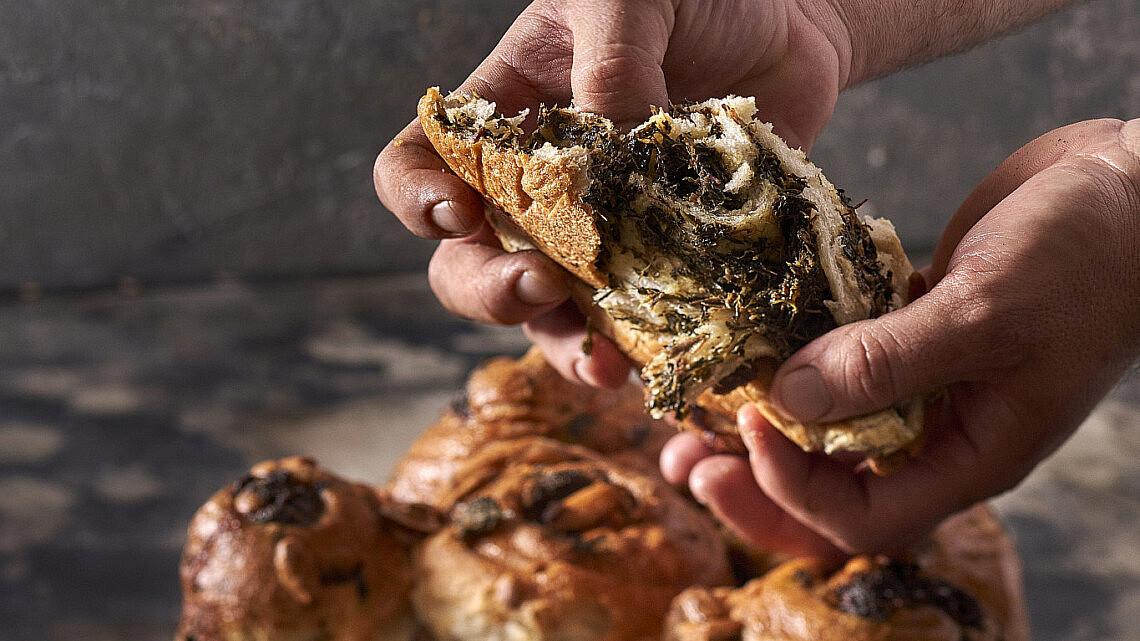 חלת קובנה וחובזה של שף תומר טל. צילום: אנטולי מיכאלו, סטיילינג: ענת לובל