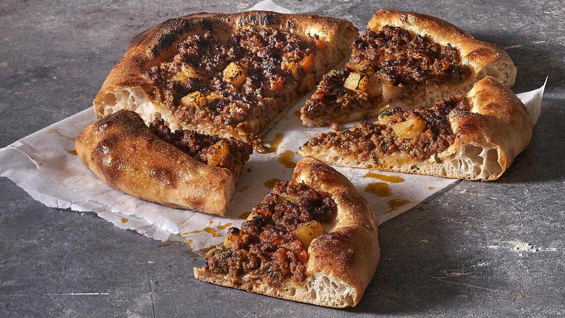 פיצה בולונז של שף תומר טל. צילום: אנטולי מיכאלו, סטיילינג: ענת לובל