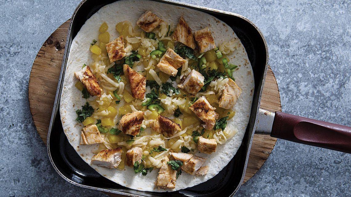 קסדייה עם עוף צלוי ואננס מקורמל לצד סחוג תות שדה | צילום: אסף רונן, עיצוב מזון: נעמה רן, סטיילינג אווירה: Hoekman Design