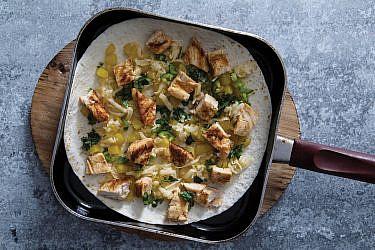 קסדייה עם עוף צלוי ואננס מקורמל לצד סחוג תות שדה   צילום: אסף רונן, עיצוב מזון: נעמה רן, סטיילינג אווירה: Hoekman Design