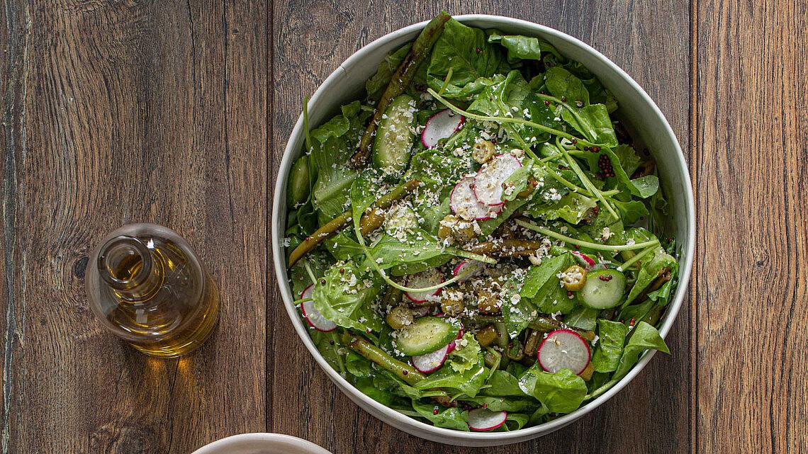 סלט ירוק עם ויניגרט זרעי חרדל של אורי מאיר צ'יזיק   צילום: חיים יוסף