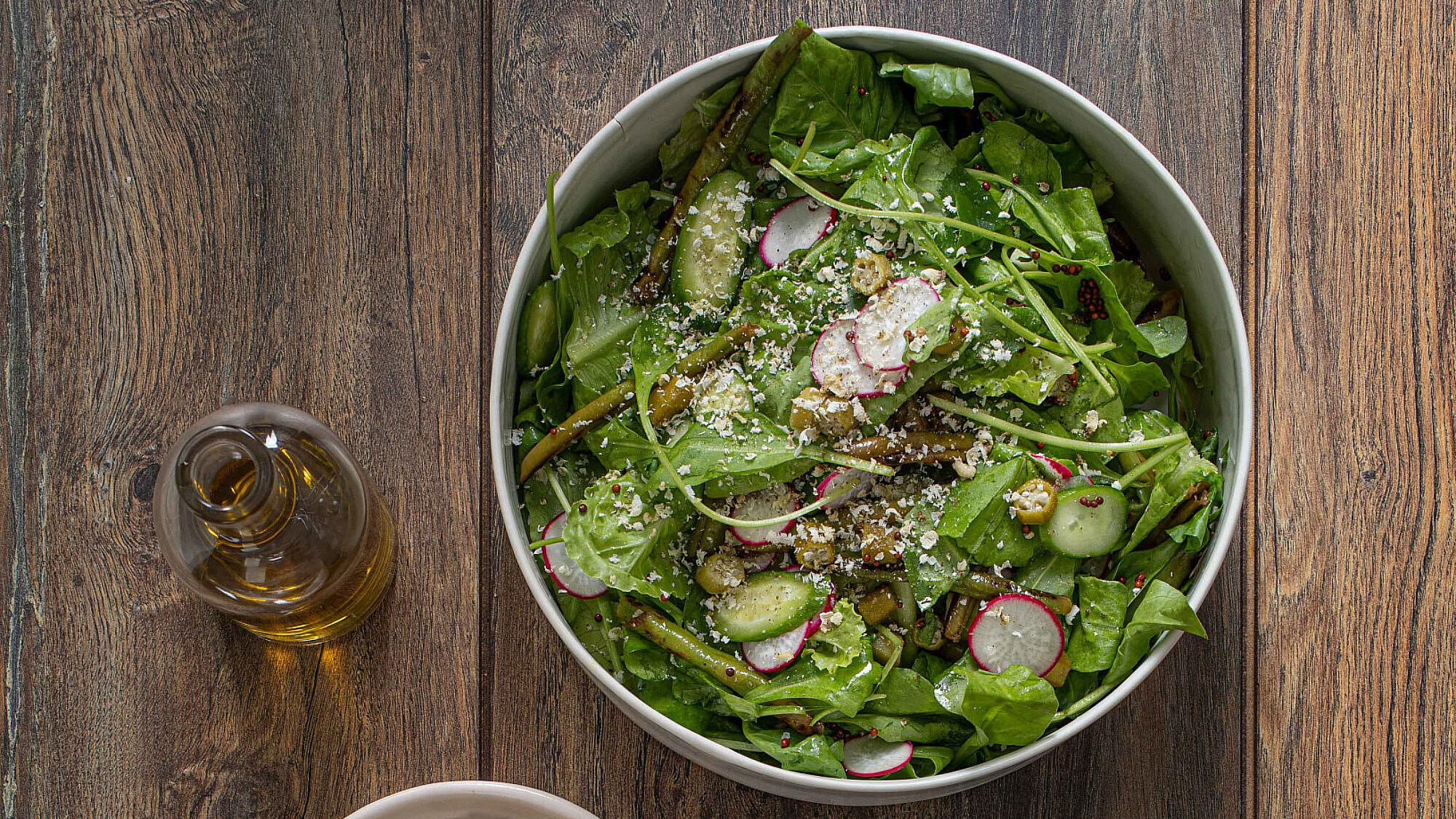 סלט ירוק עם ויניגרט זרעי חרדל של אורי מאיר צ'יזיק | צילום: חיים יוסף