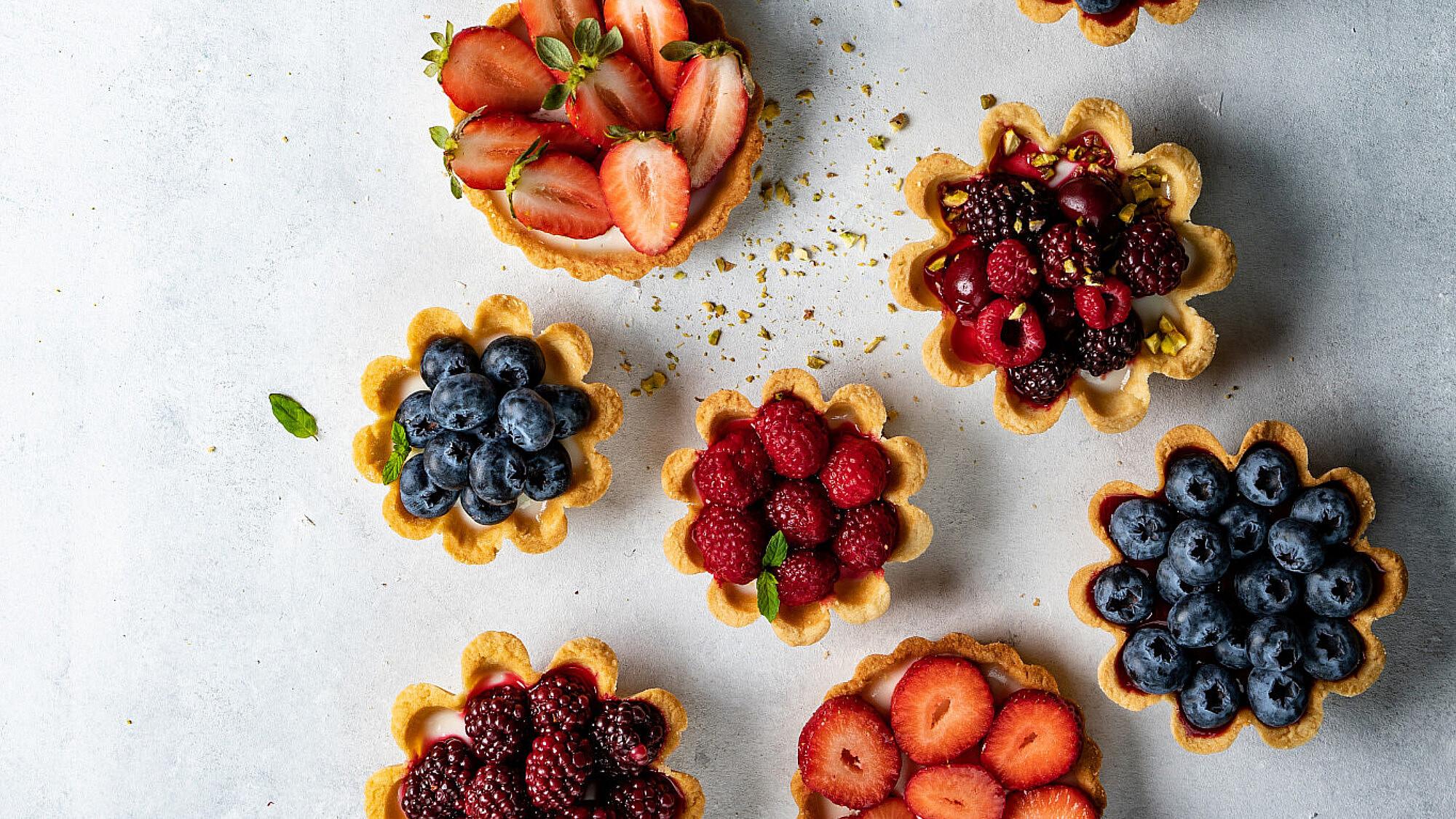 טארטלטים פירות יער וקרם וניל של סופיה טייב, סטיילינג: עינב רייכנר | צילום שני בריל (עבור סמסונג Bespoke)