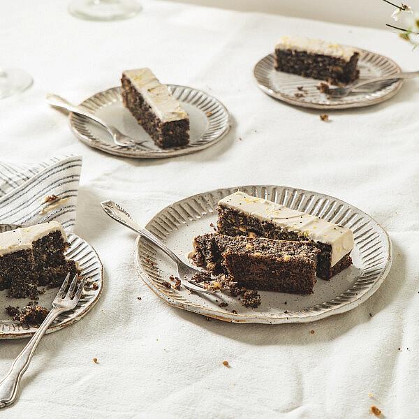 עוגת פרג בציפוי קרם קשיו לימוני של רינת צדוק. סטיילינג: עינב רייכנר | צילום: שני בריל