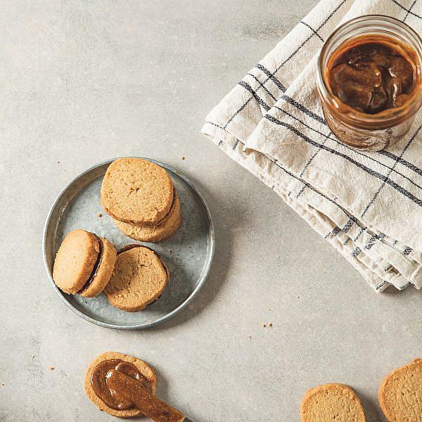 עוגיות סנדוויץ' אגוזי מלך של רינת צדוק. סטיילינג: עינב רייכנר | צילום: שני בריל