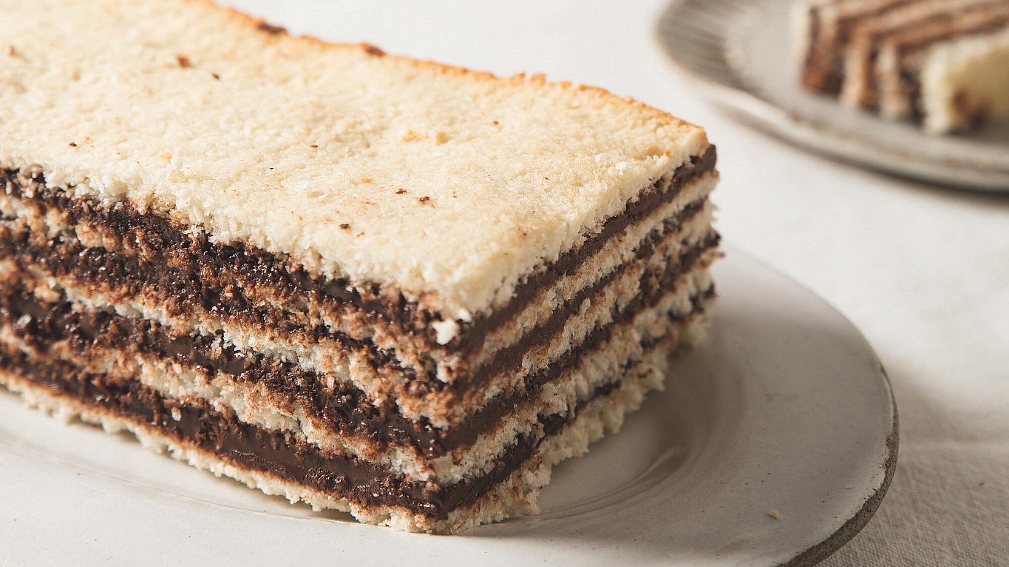 עוגת שכבות של מרנג קוקוס ונוטלה ביתית של רינת צדוק. סטיילינג: עינב רייכנר   צילום: שני בריל