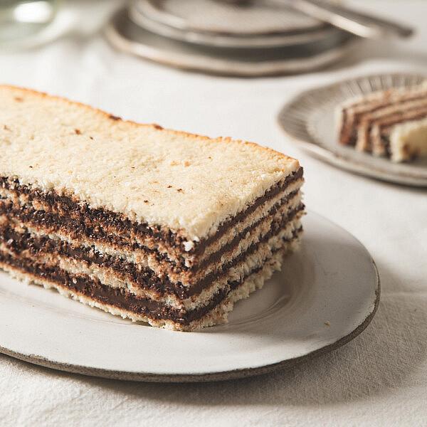 עוגת שכבות של מרנג קוקוס ונוטלה ביתית של רינת צדוק. סטיילינג: עינב רייכנר | צילום: שני בריל