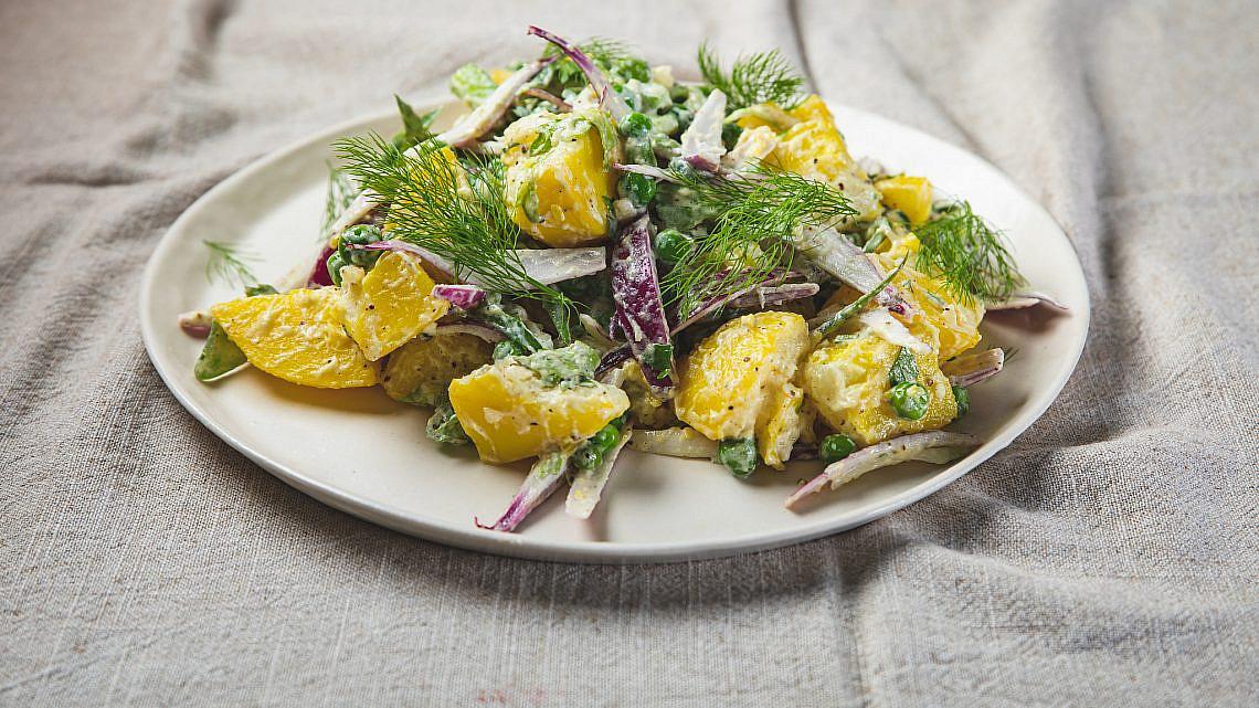 סלט תפוחי אדמה רוסי־ספרדי של שף תומר אגאי. סטיילינג: עינב רייכנר, צלחות: עדי ניסני   צילום: שני בריל