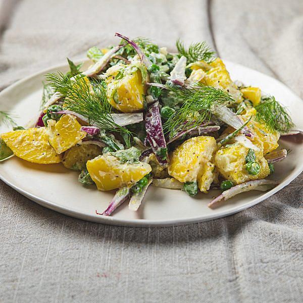 סלט תפוחי אדמה רוסי־ספרדי של שף תומר אגאי. סטיילינג: עינב רייכנר, צלחות: עדי ניסני | צילום: שני בריל