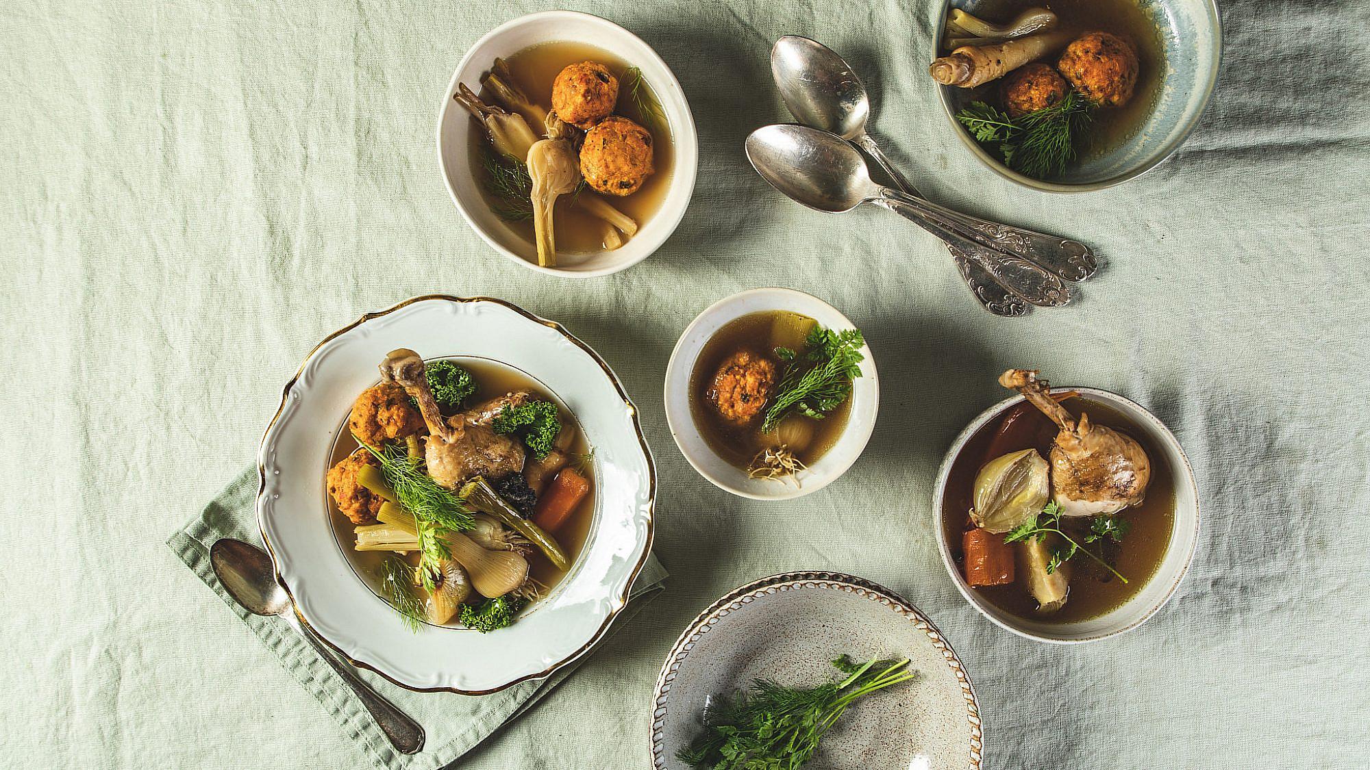קונסומה עוף עם קניידלך מטוגנים של שף תומר אגאי. סטיילינג: עינב רייכנר, צלחות: עדי ניסני | צילום: שני בריל