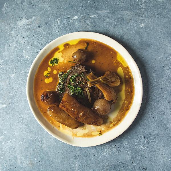 צלי פולקה וארטישוק ירושלמי של שף תומר אגאי. סטיילינג: עינב רייכנר, צלחות: עדי ניסני | צילום: שני בריל