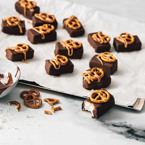 גלידוניות יוגורמה בציפוי שוקולד ובייגלה של רון יוחננוב. צילום: נועם פריסמן