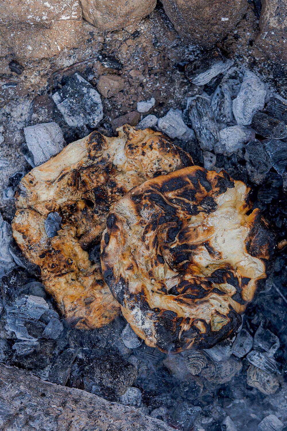 האש היא תבלין מושלםליבה – לחם שטח בדואי אפוי בגחלים של שף אוהד לוי | צילום: מידן גיל ארוש