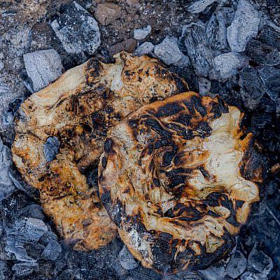 ליבה - לחם שטח בדואי אפוי בגחלים של שף אוהד לוי | צילום: מידן גיל ארוש