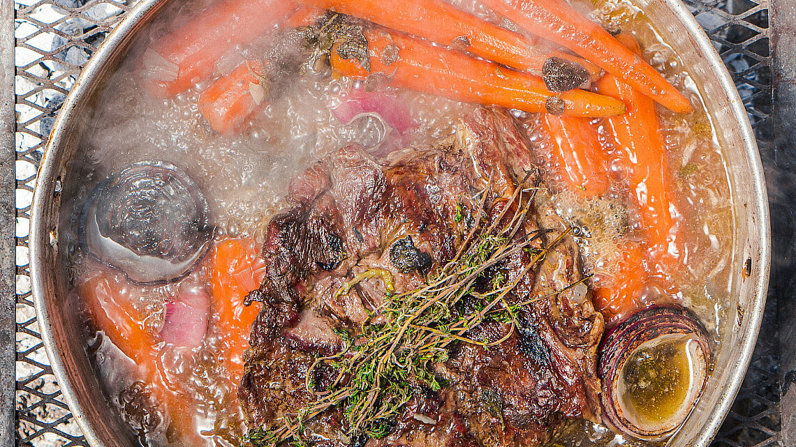 אונטריב וגזרים קבורים באדמה של שף אוהד לוי | צילום: מידן גיל ארוש
