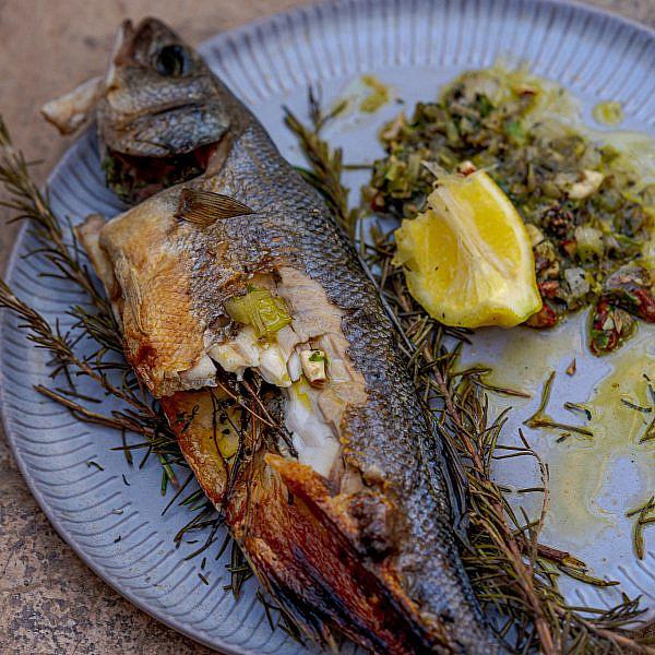 דג שלם מעושן עם עשבים של שף אוהד לוי | צילום: מידן גיל ארוש