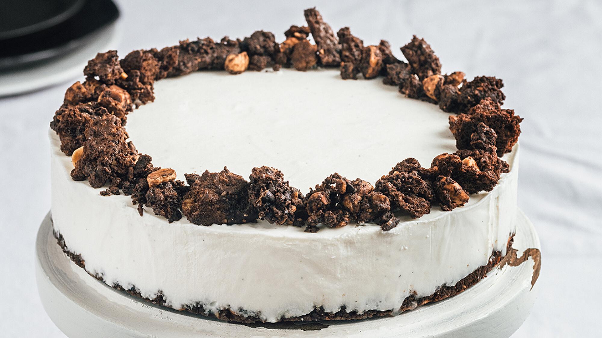 עוגת גבינה פירורים שוקולדית של רינת צדוק | צילום: נועם פריסמן, סטיילינג: ענת לבל, כלים: דניאלה ארד