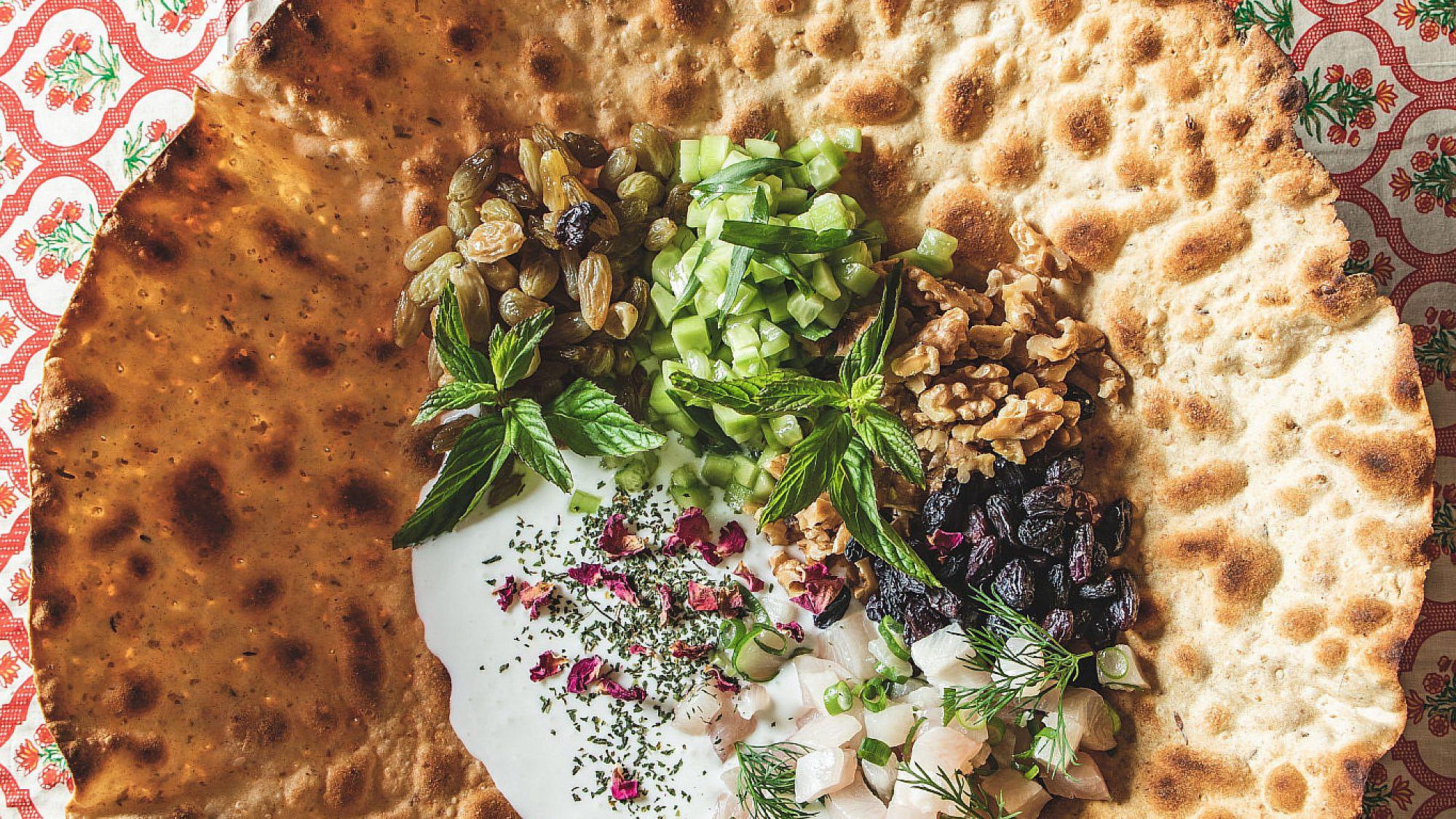 לחם בוכרי, דג ים, מטבל יוגורט, מלפפונים וצימוקים של שף הלל תווקולי   צילום: שני בריל, סטיילינג: עינב רייכנר