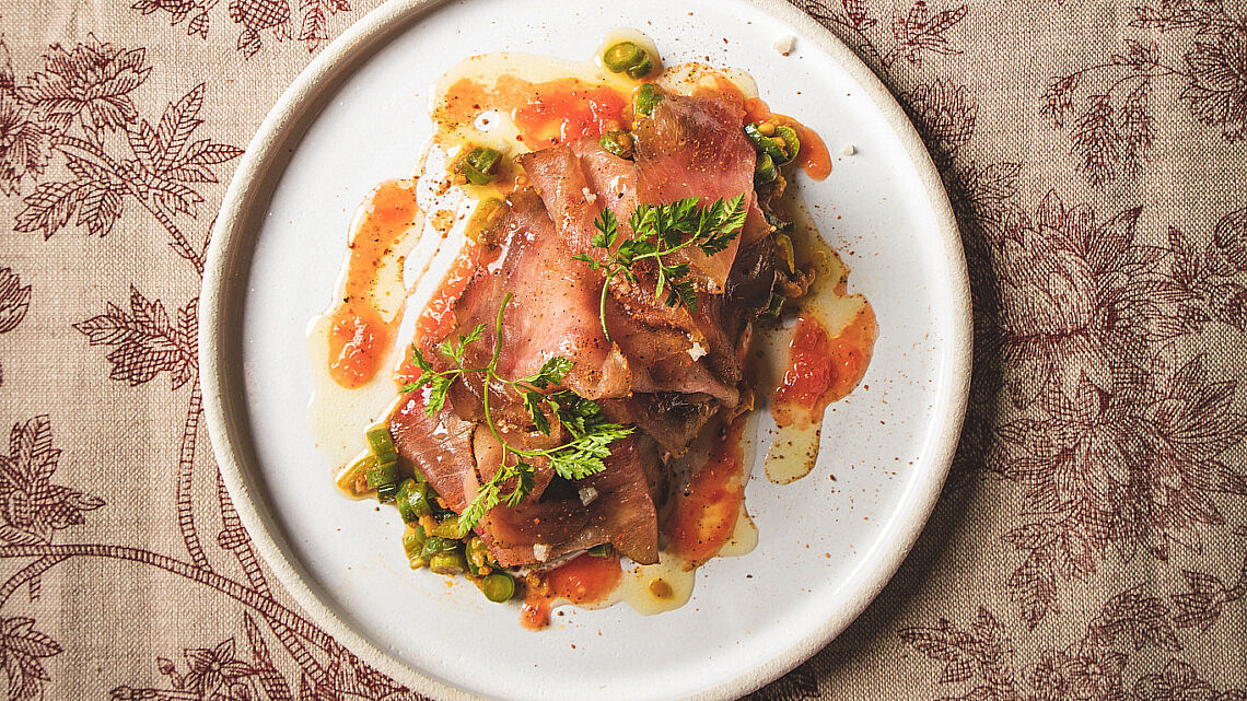 תבשיל חיטת נורסי, סלט ירוק וטונה כבושה של שף הלל תווקולי | צילום: שני בריל, סטיילינג: עינב רייכנר