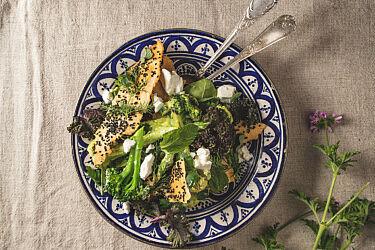 ירוקים בגריל באיולי עם קרקר קצח של שף הלל תווקולי | צילום: שני בריל, סטיילינג: עינב רייכנר