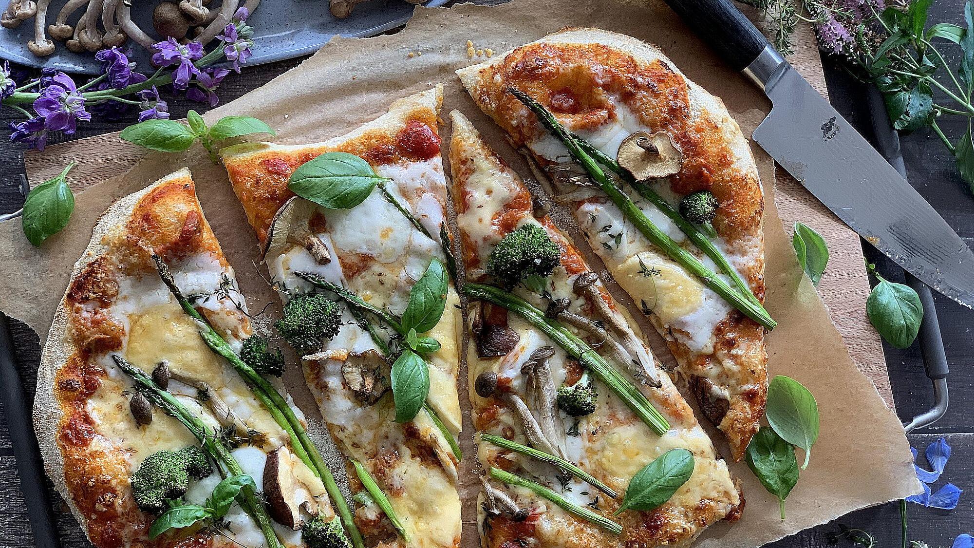 פיצה ארבע גבינות עם פטריות, אספרגוס וברוקולי של ליאור משיח. צילום: ליאור משיח. המחלבה בית יצחק.